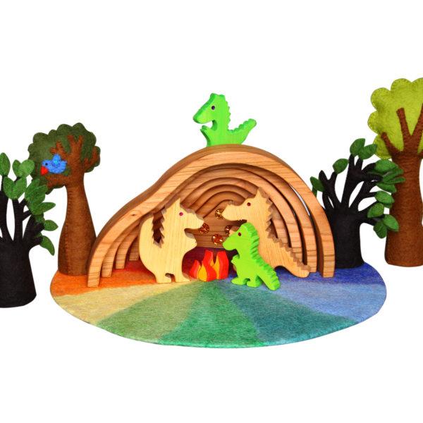 Fantasiewelt aus Holz- und Filz-Spielzeug: Drachen, Drachenhöhle und Bäume