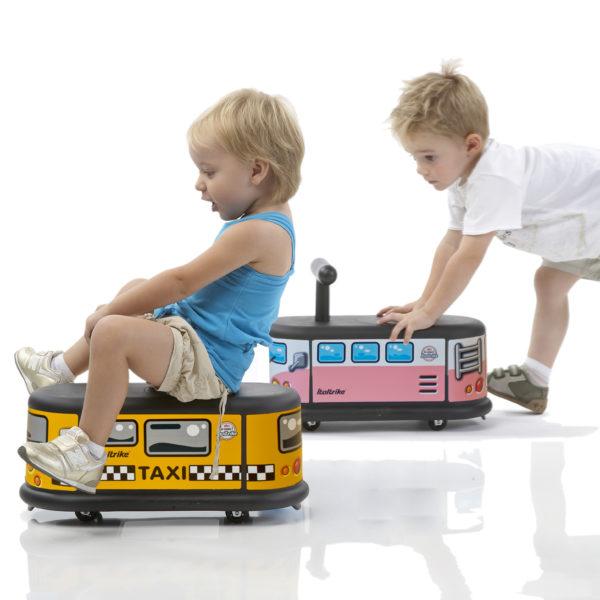 Kindergartenkinder fahren mit Rutschfahrzeugen la cosa von italtrike