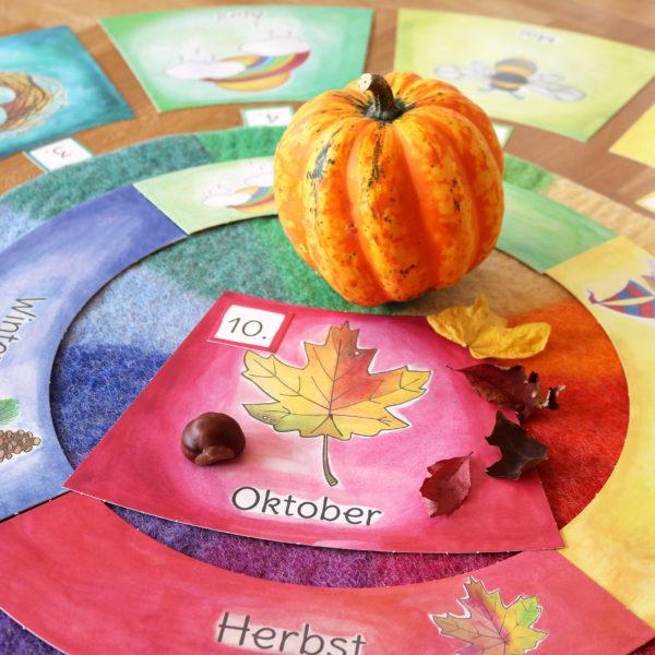 Oktober im Jahreskreis mit Kalenderkarten für den Kindergarten herbstlich dekoriert
