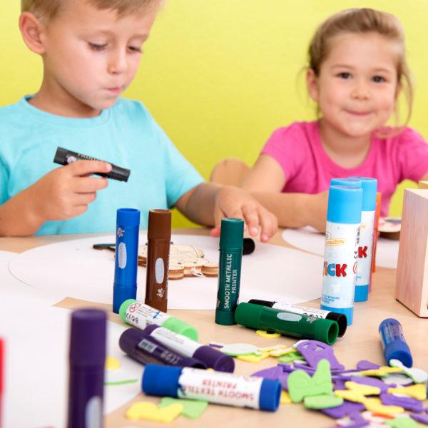 Kindergartenkinder bemalen mit Smooth Painter einen Holzanhänger