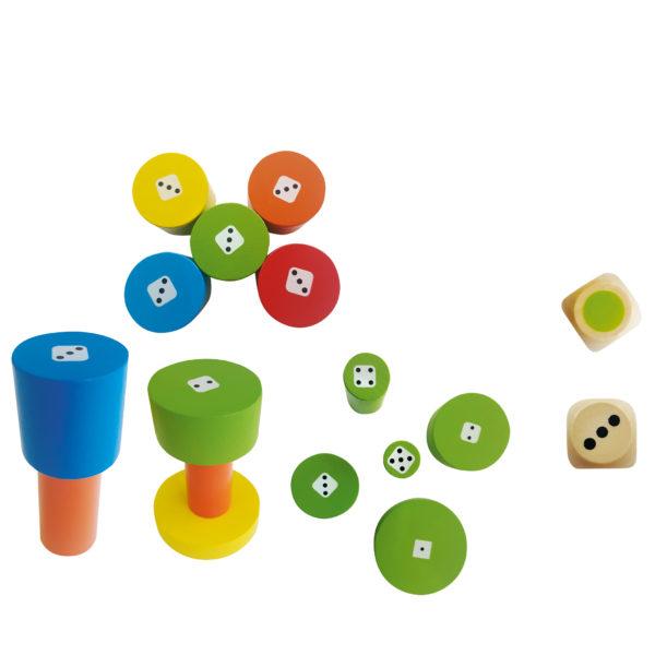Spielsteine und Würfel des Gesellschaftspiels Torreta für das Kindergartenalter