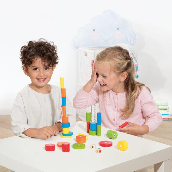 Kinder spielen das Lernspiel Torreta aus Holz