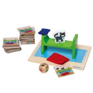 Inhalt des Spiels Find Monty: Spielkarten, Würfel, Bett, Kissen, Decke und Katzenfigur