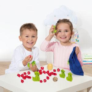 Kinder spielen das Spiel Spiky von beleduc
