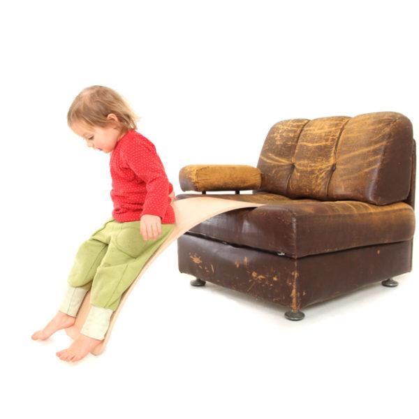 Kind verwendet das Brett als Rutsche