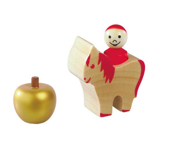 ein goldender Apfel, eine farblich gekennzeichnete Spielfigur und ein dazu passendes Pferd aus Holz sind Teil des Inhalts des Würfelspiels