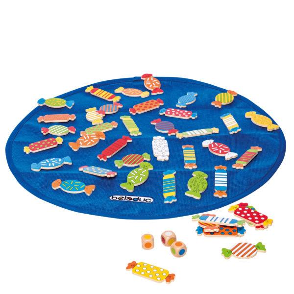 Inhalt des Brettspiels Candy für Kinder ab 4 Jahren. Spielunterlage mit 41 bunten Holzbonbons