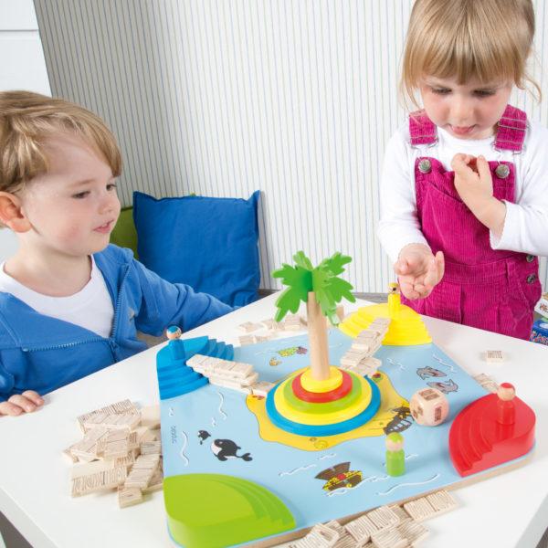 """Kinder spielen das Tischspiel """"Tropicano"""" von beleduc aus Holz."""