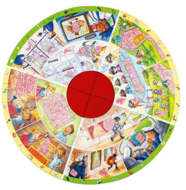 Gesamtansicht des XXL Lernpuzzles Detektive. Um die herausnehmbare rote Plexiglasschreibe in der Mitte gruppieren sich Geheimbilder und Suchaufgaben für puzzlebegeisterte Kinder ab 4 Jahren