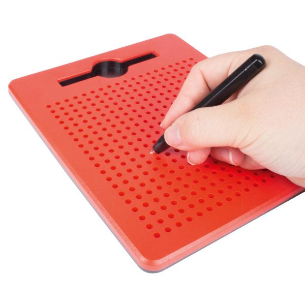 Mit dem Magentstift kann man die Magnetkugeln an die Oberfläche der robusten Kunststoffplatte holen