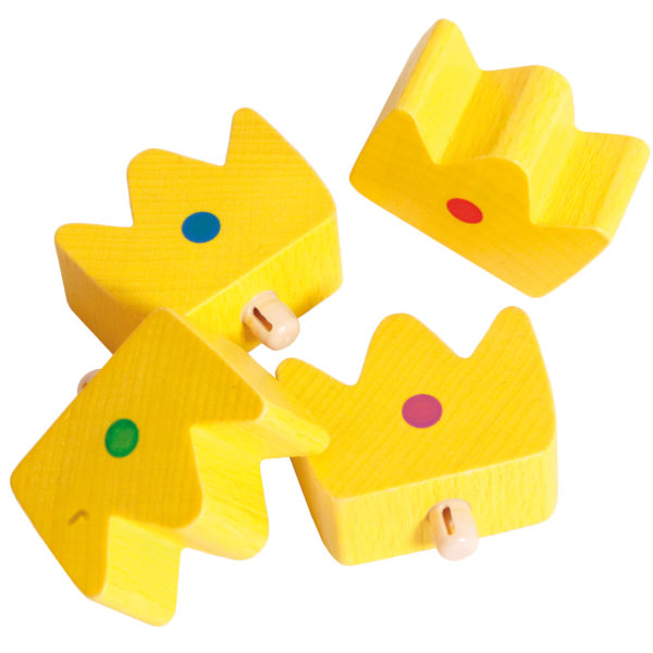 4 gelbe Holzkronen, die jeweils mit einem Punkt in unterschiedlichen Farben markiert sind, gehören zum Inhalt des Würfelspiels Castelino