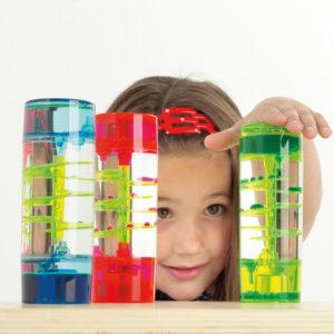Mädchen im Kindergartenalter spielt mit dem 3er Set Tropfenbahn