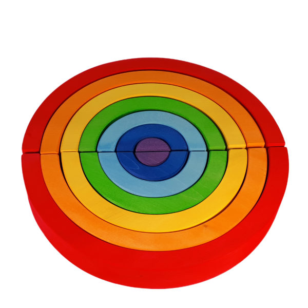 Regenbogen aus Holz in den sieben Regenbogenfarben. Hier zwei Regenbogen-Halbkreise zu einem ganzen Kreis zusammengelegt