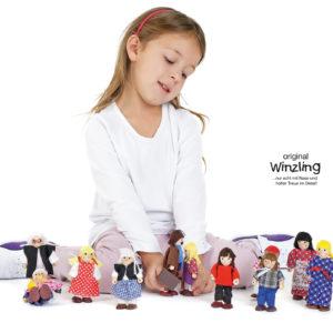 Mädchen im Kindergartenalter spielt mit den detaillgetreuen Original Winzling Figuren
