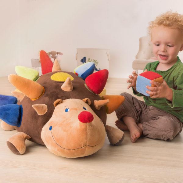 Kind im Krippenalter spielt mit dem kuschelig weichen Igel Oskar von beleduc