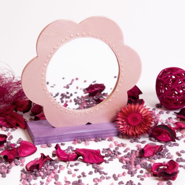 Wunderschöner Spiegel mit rosa angemaltem Rand - das ideale Geschenk für besondere Anlässe