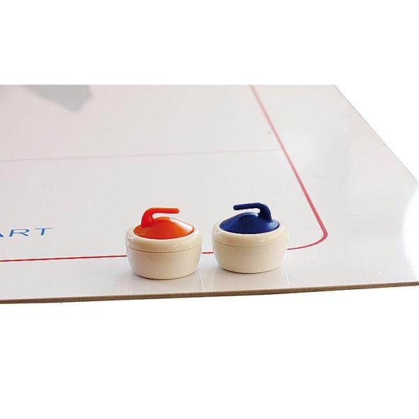 Detailansicht der Platte und von 2 der 16 Curlingsteinen in 2 Farben