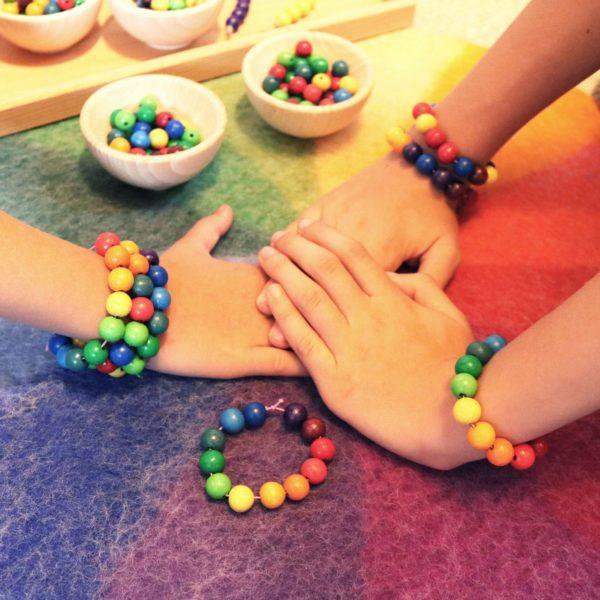 Kinderarmbänder aus Holzperlen in den 12 Farben des Farbenkreises