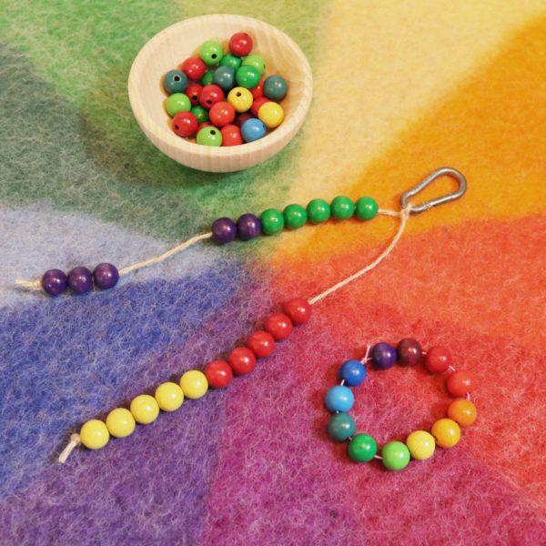 Armband und Rechenhilfe für Kinder als kleine Geschenke für Kindergartenkinder aus Holzperlen in den 12 Farben des Farbenkreises