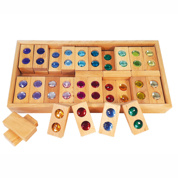 Holzklötze mit bunten funkelnden Diamanten in der Mitte in einer robusten Holzkiste für Kinder ab dem Kindergartenalter