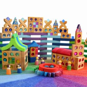 kleine Welt aus bunten Holzbausteinen für Kinder