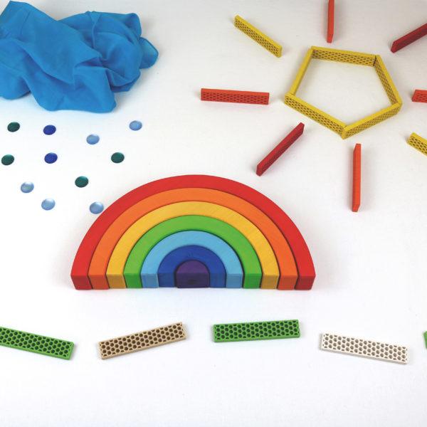 Regenbogen von Bauspiel in Verbindung mit Bioblos als Landschaft mit Wiese, Regenwolken und Sonne aufgebaut