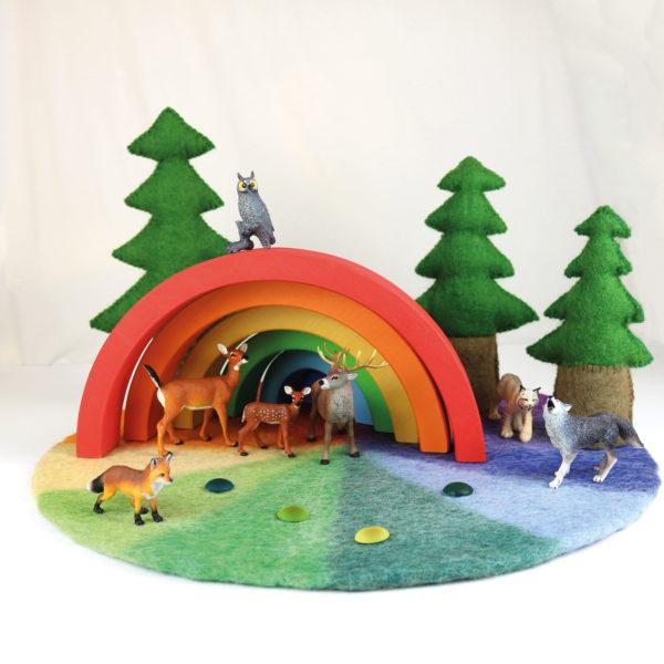 Spiellandschaft mit Höhle aus einem Regenbogen, Waldtieren und Filzbäumen
