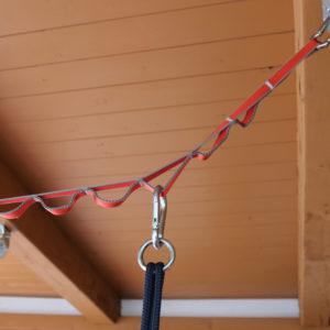 12-stufige Kletterschlinge in Rot zum Aufhängen von Schaukeln und anderem Hängematerial - hier zu sehen mit eingehängtem Karabinerhaken