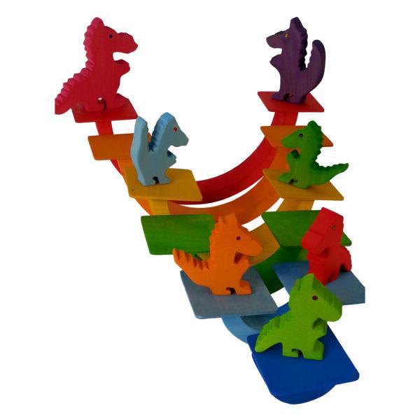 Regenbogeneinzelteile fungieren als Schaukeln für kleine Holzdrachen-Figuren