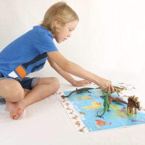 Kind im Volksschulalter spielt mit dem 70teiligen Dino-Set von Höller Spiel