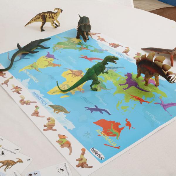 Ein Teil der Bestandteile des großen Dino-Sets: 6 Saurier-Tierfiguren und eine große Weltkarte, die zeigt wo welcher Dinosaurier gelebt hat