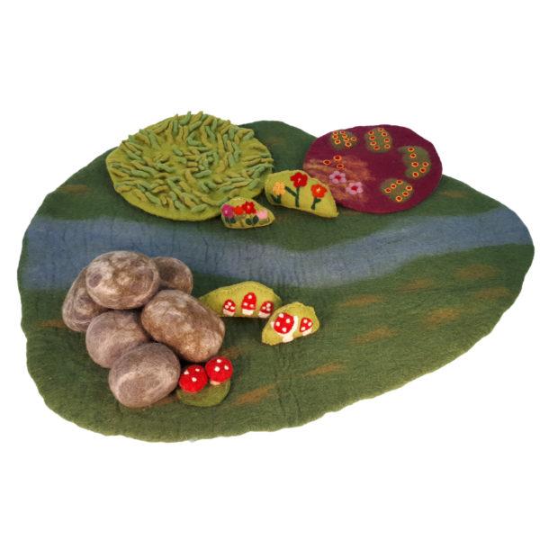Filzlandschaft bestehend aus Graswiese, Blumenwiese, Felsensteinen, Pilzen und Blumen für kleine Welt Spiele