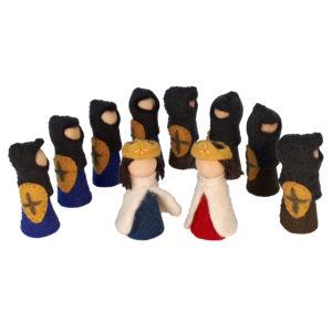 Figuren aus Holz und Filz für kleine Welt Spiele im Kindergarten und zu Hause. König, Königin und 8 Ritter