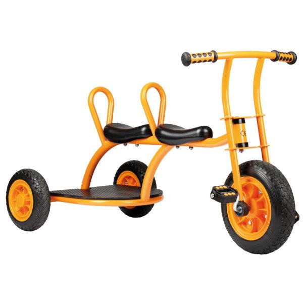"""Seitenansicht des orangfarbenen Dreirads """"Taxi"""" von beleduc für Kinder ab dem Kindergartenalter"""