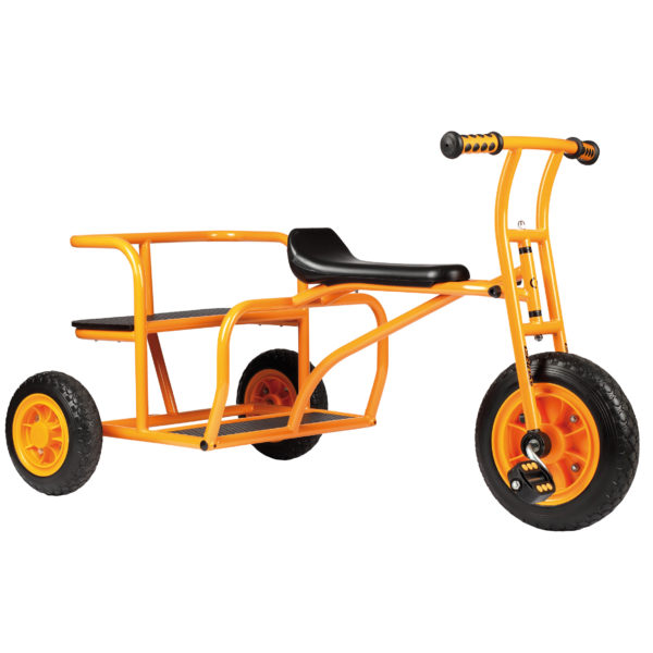 """Seitenansicht des orangfarbenen Dreirads """"Doppeltaxi"""" von beleduc für Kinder ab dem Kindergartenalter"""