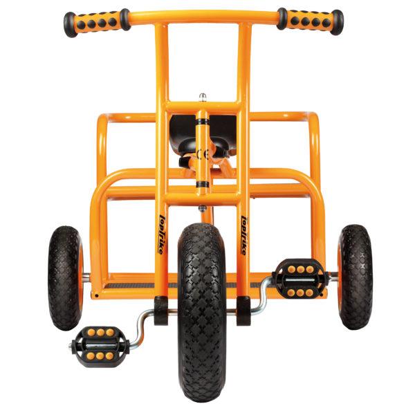 """Frontansicht des orangfarbenen Dreirads """"Doppeltaxi"""" für Kinder ab 4 Jahren"""