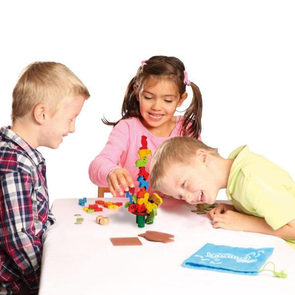 Kinder spielen das Gesellschaftsspiel Casa Banana von beleduc