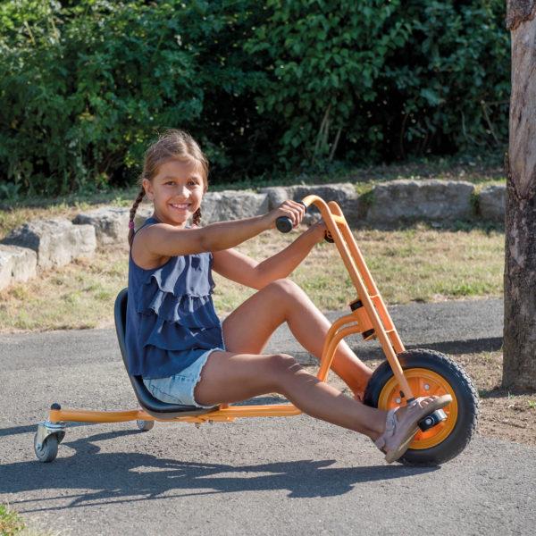 Mädchen im Volksschulalter sitzt auf dem Drift Rider von beleduc