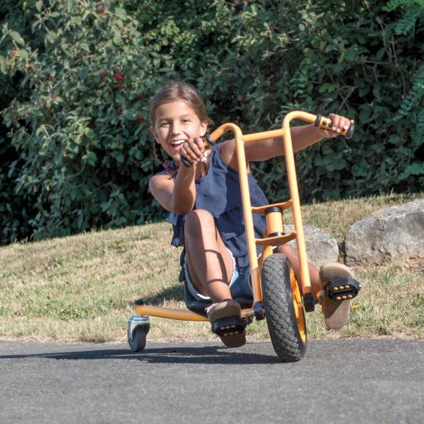 Mädchen im Volksschulalter beim Fahren mit dem Drift Rider von beleduc