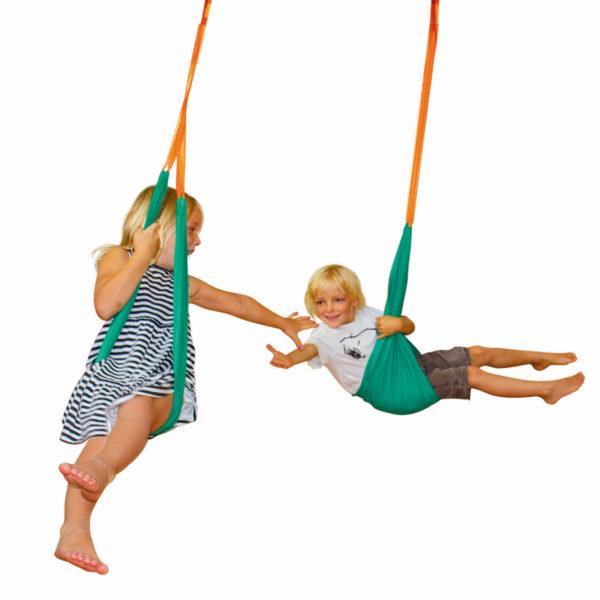2 Kinder im Kindergartenalter schaukeln gemeinsam in toben in jeweils einer Taschenschaukeln