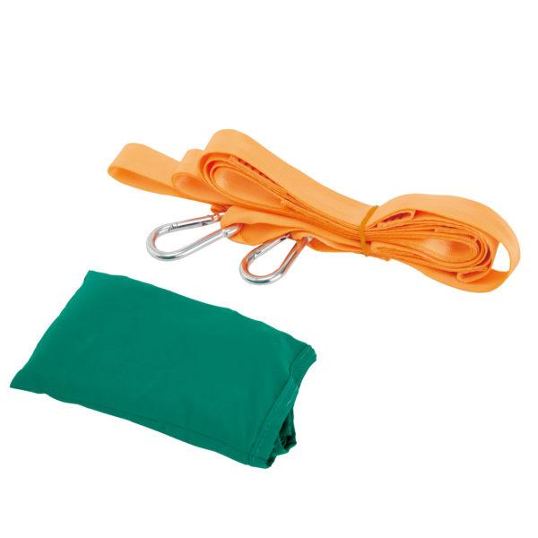 Die Taschenschaukel ist hier in einem extrem kleinen grünen Säckchen verstaut und wird mit 2 orangenen Karabinerhaken geliefert