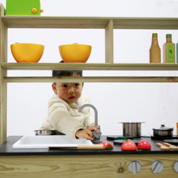 Kleinkind spielt in der mobilen Matsch-Küche von beleduc