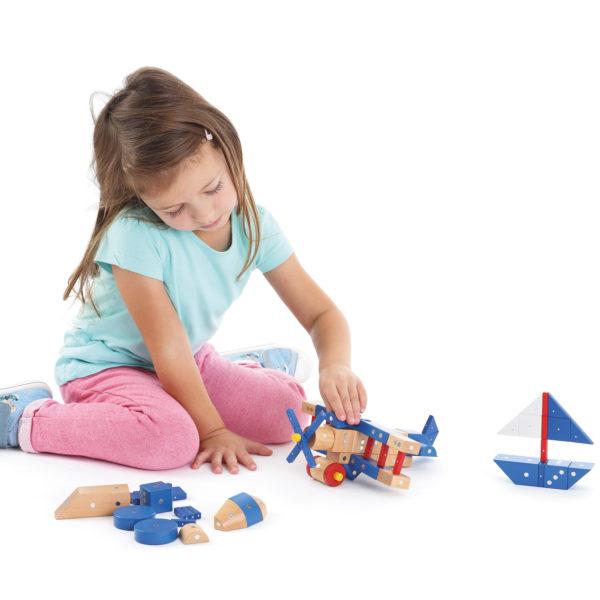 Kind spielt mit Genii Magnetbauste-Set Flugzeuge