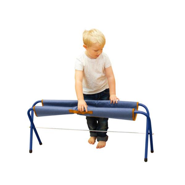 Bub im Kindergartenalter klappt die Klappbank Easy alleine ganz einfach zusammen