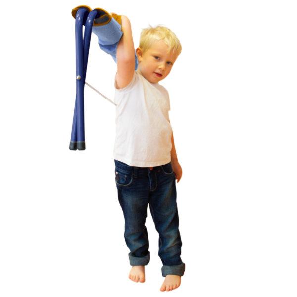 Bub im Kindergartenalter hebt die zusammengeklappte Klappbank Easy mit nur einer Hand ganz einfach in die Höhe