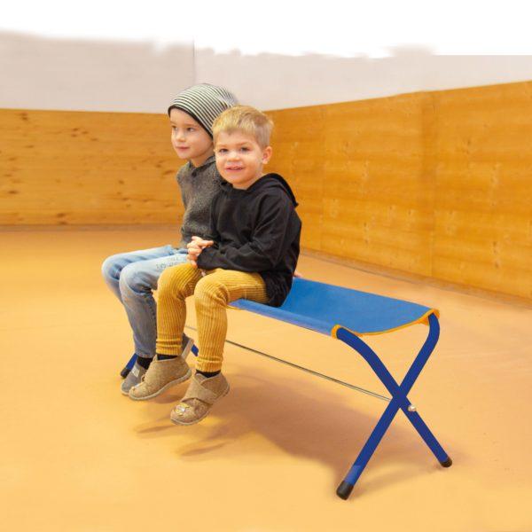 2 Buben im Kindergartenalter sitzen auf der Klappbank Easy