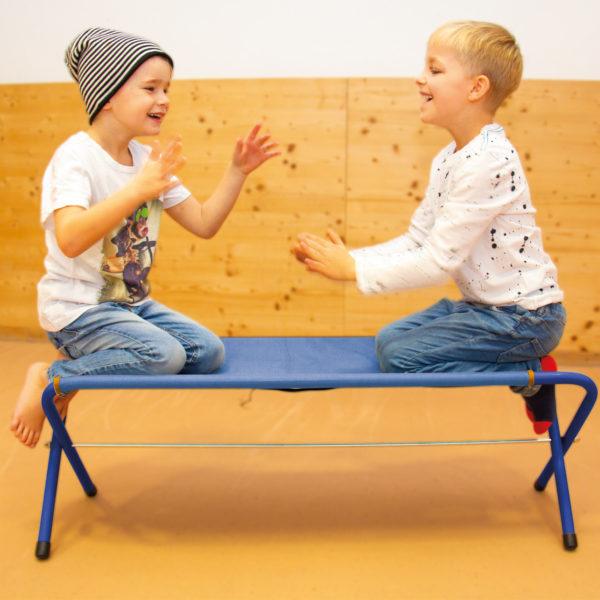 2 Buben im Kindergartenalter knien auf der Klappbank Easy