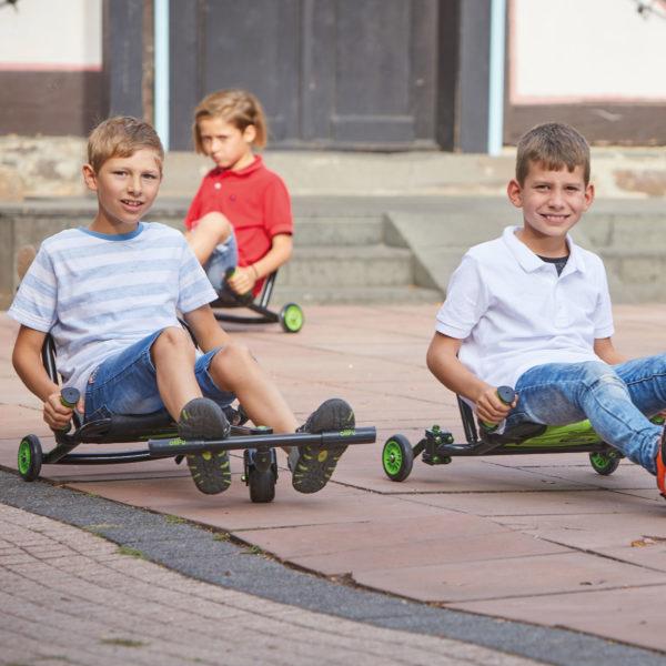 Buben im Alter von 10 Jahren fahren mit dem bikez Racer Snake maxi