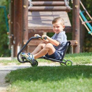 Bub im Krippenalter sitzt auf dem bikez Hand Racer, der bereits für Kinder unter 3 Jahren geeignet ist