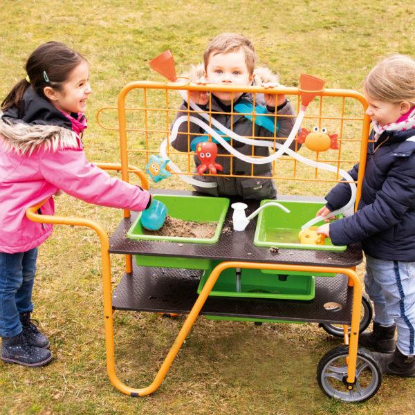 der mobile Sand-Wasser-Tisch für Kinder ab 3 Jahren ist von beiden Seiten bespielbar